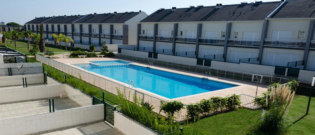 Jardin y piscina en urbanización MarTres en Gandia