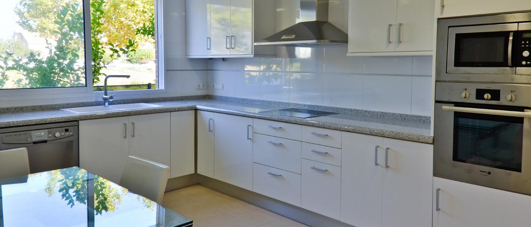 Reforma cocina de vivienda en Gandia por COPRUSA Ingeniería y Construcción, SLU